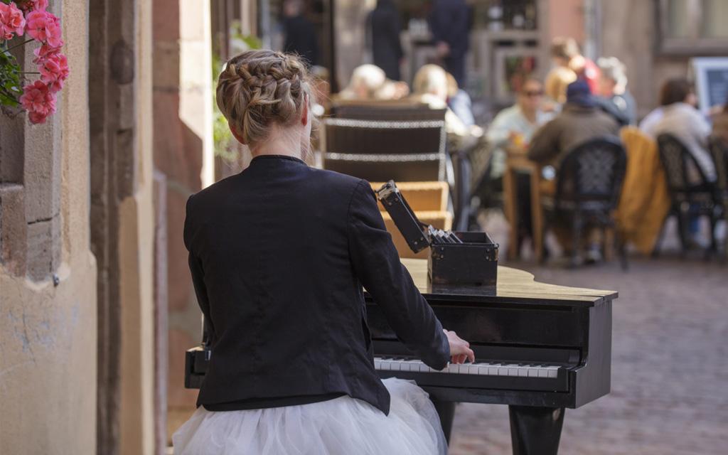 Une pianiste dans la rue