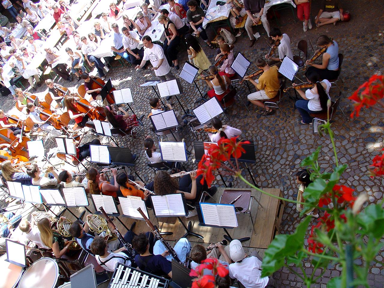 Un orchestre dans la cour du conservatoire de Colmar