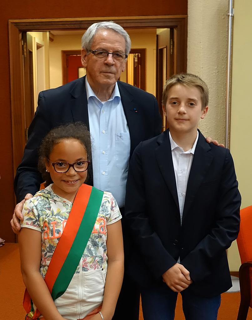 Gilbert Meyer, maire de Colmar, Elya Winkler-Baliry, maire junior et Tristan Symko, maire junior sortant