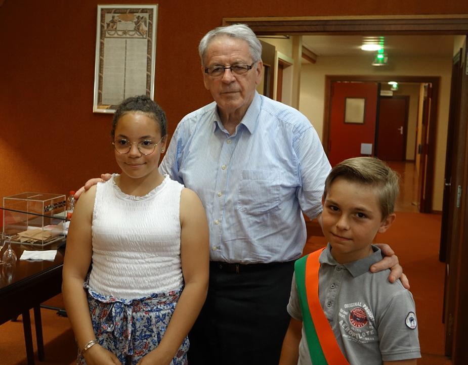Gilbert Meyer, maire de Colmar, Elya Winkler-Baliry, maire junior sortant et Corentin Denommey, maire junior 2018-2020