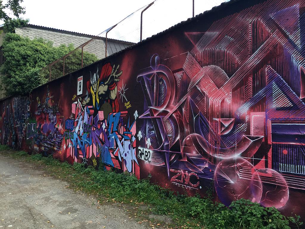 Photo d'un mur recouvert de graffitis